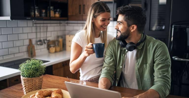 Man en vrouw samen in de keuken