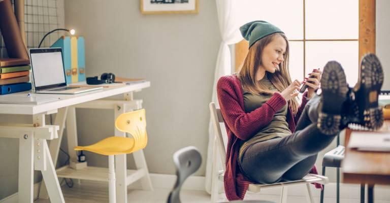 een studente in haar studentenkamer