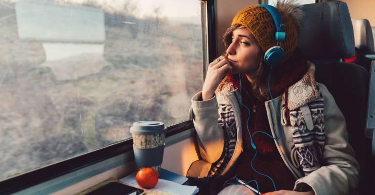 Een studente zittend in de trein